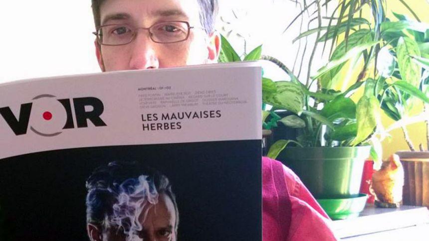 Hugô St-Onge lisant le magazine Voir