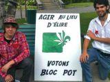Le candidat du Bloc pot, Matthew Babin, en compagnie de son agent officiel Émile